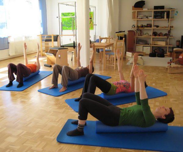 Pilates Gruppentraining mit der Rolle